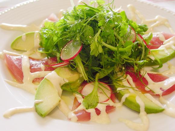 マグロとアボカドのハーブサラダ