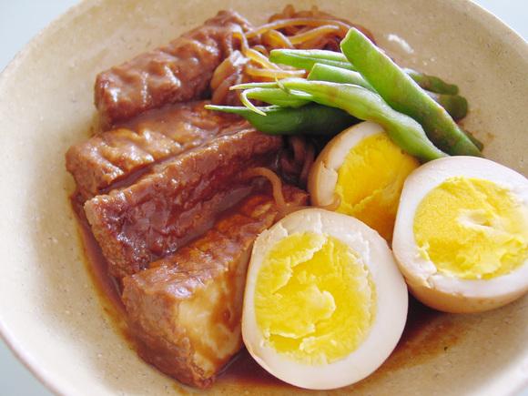 厚揚げと卵としらたきの味噌煮込み