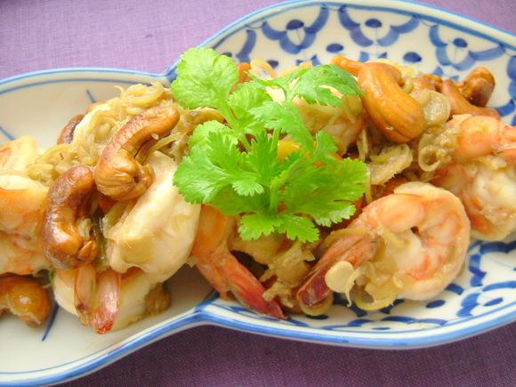 クン・タクライ(えびとレモングラスの炒めもの)