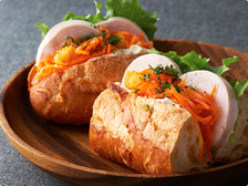 自家製鶏ハムとオレンジキャロットラペのサンド